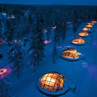 Vue aérienne des igloos de l'hôtel Kakslauttanen en Finlande