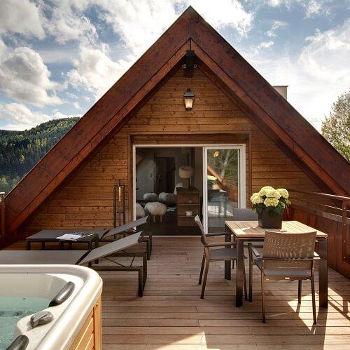 Terrasse privée avec jacuzzi de la suite Les Cîmes de La