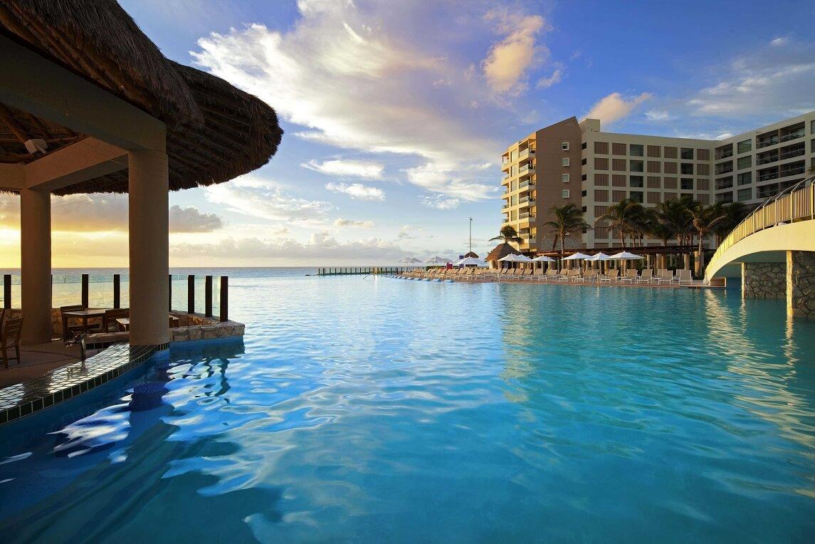 Τα κορυφαία ξενοδοχεια με pool bar μέσα στην πισίνα τους ανά τον κοσμο