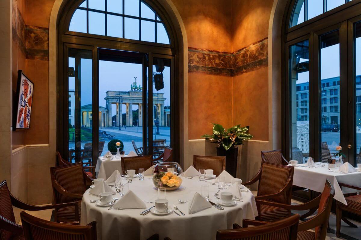 12 Restaurant-Adlon-Kempinski-Berlin δωματιο με θεα αξιοθεατα πύλη βερολινο