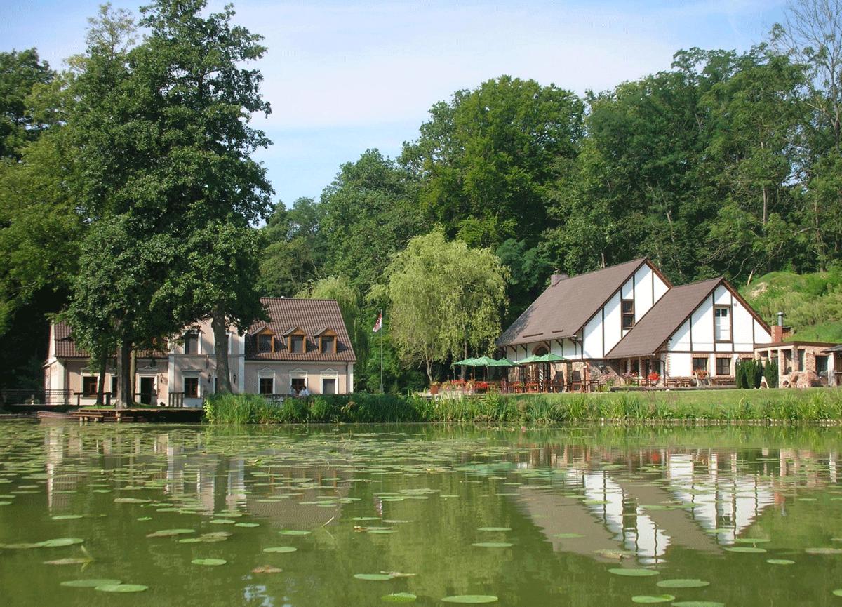 Das Sporthotel Gut Klostermühle in Madlitz von außen.