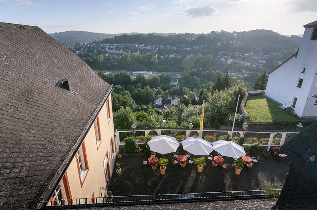 Aussicht Innenhof Schlosshotel Daunerburg Romantik-Schlosshotel Kurfürstliches Amtshaus