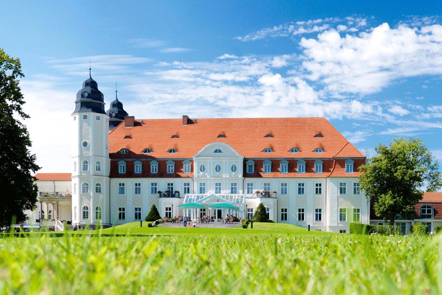 Schlosshotel Fleesensee bei strahlendem Sonnenschein