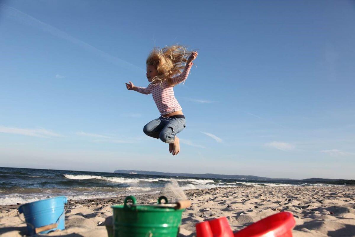 Kind hat Spaß am Strand Binz Rügen