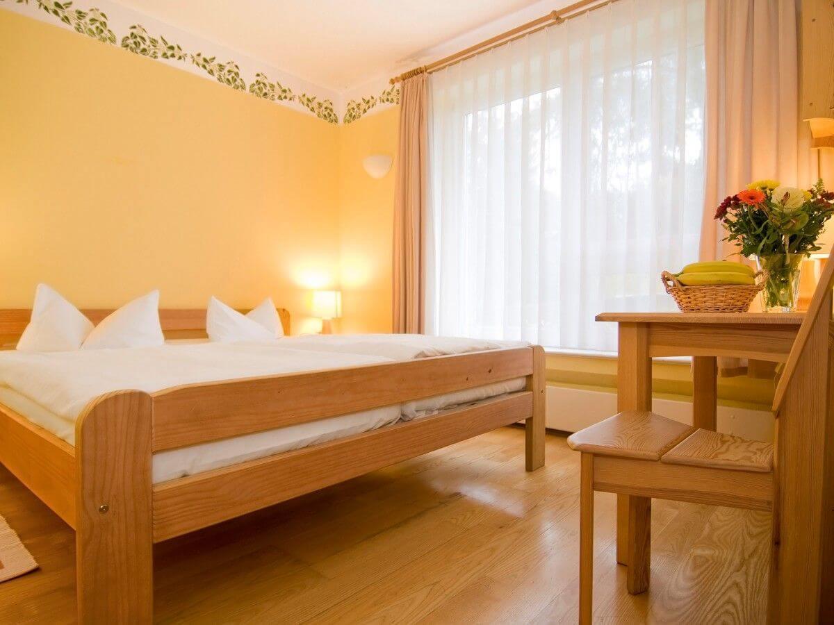 Doppelzimmer im Haus Linden mit Möbeln aus Vollholz