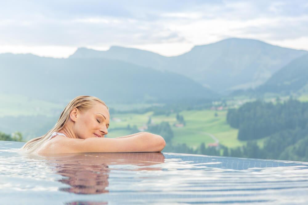 Hotel Bergkristall in Bayern: Frau im Pool