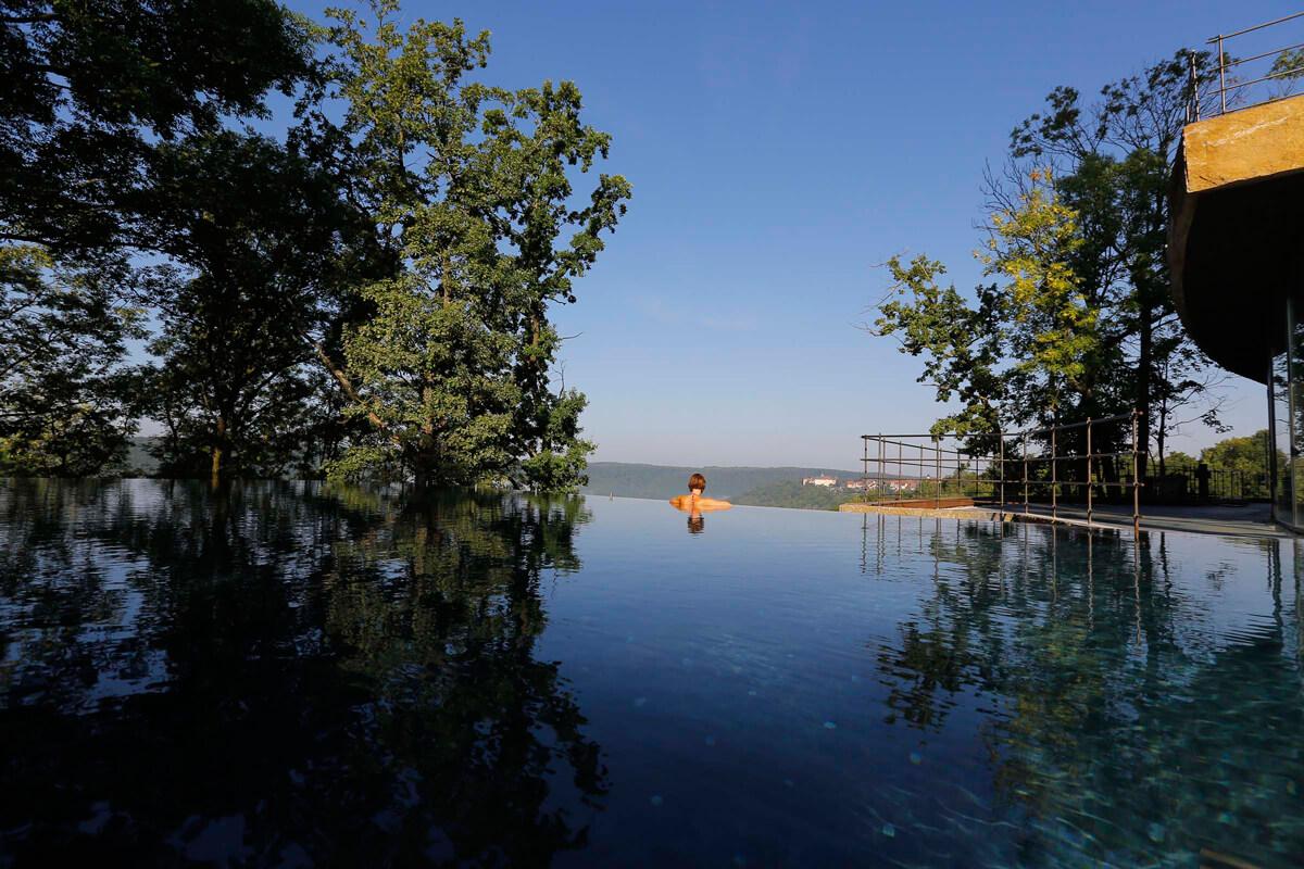 Swimmingpool mit Aussicht im Hotel Mawell Resort in Deutschland.