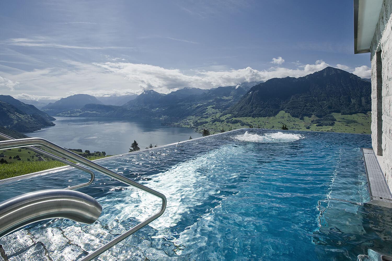 Infinity-Pool mit Aussicht im Hotel Villa Honegg in der Schweiz.