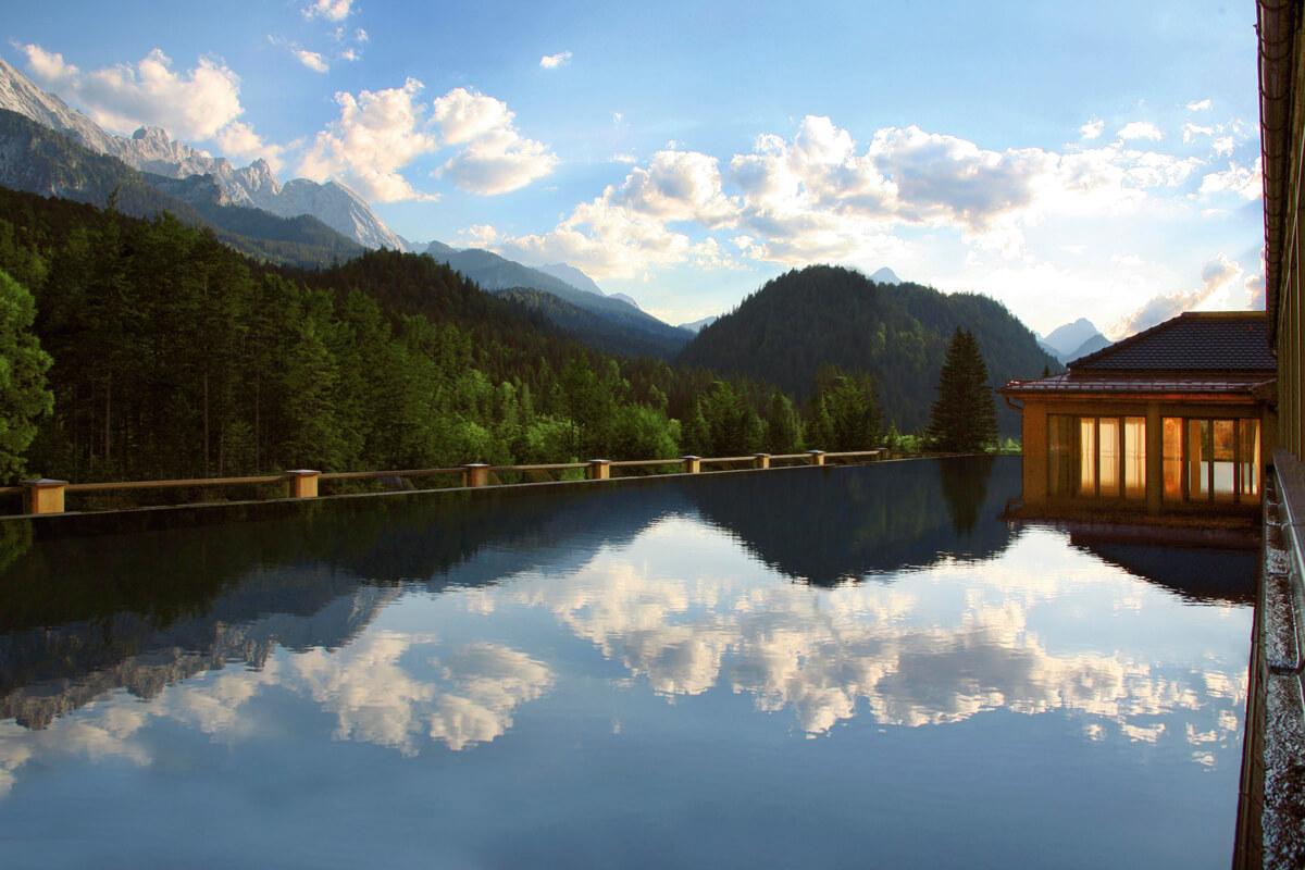 Infinity-Pool vom Schloss Elmau in Bayern.