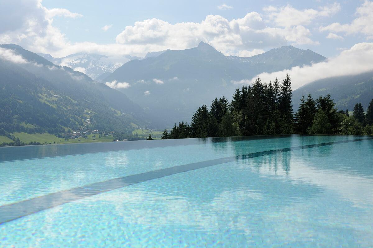 Hotelpool von Das.Goldberg mit Landschaft in Österreich.