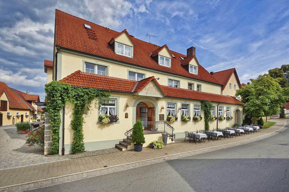 Aussenansicht des Hotel zum Loewenbraeu in Adelsdorf