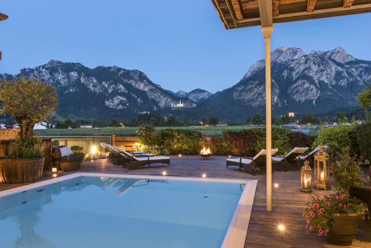Hotelpool zu Bergkulisse und Schloss Neuschwanstein