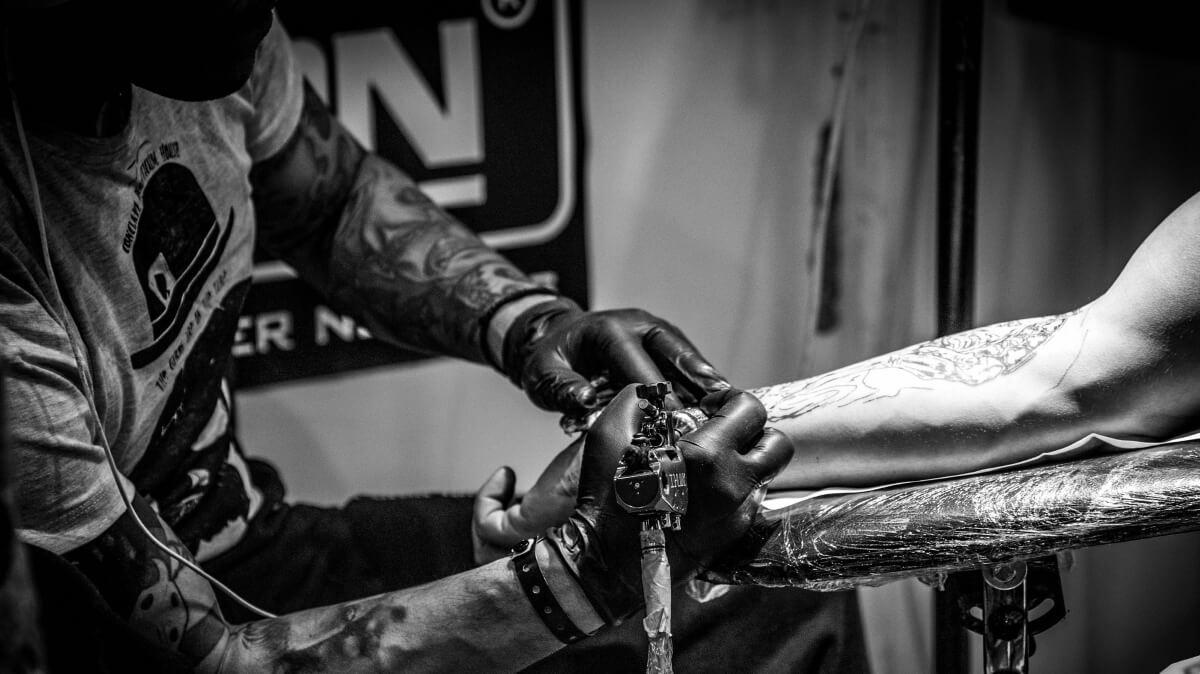 Hard Rock Hotel Arm wird tätowiert