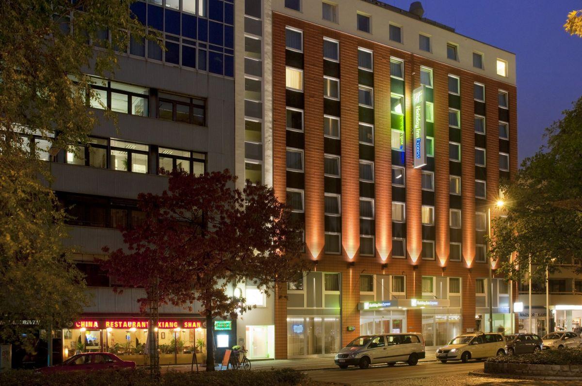 Das rote Backsteingebäude des Holiday INN in Berlin