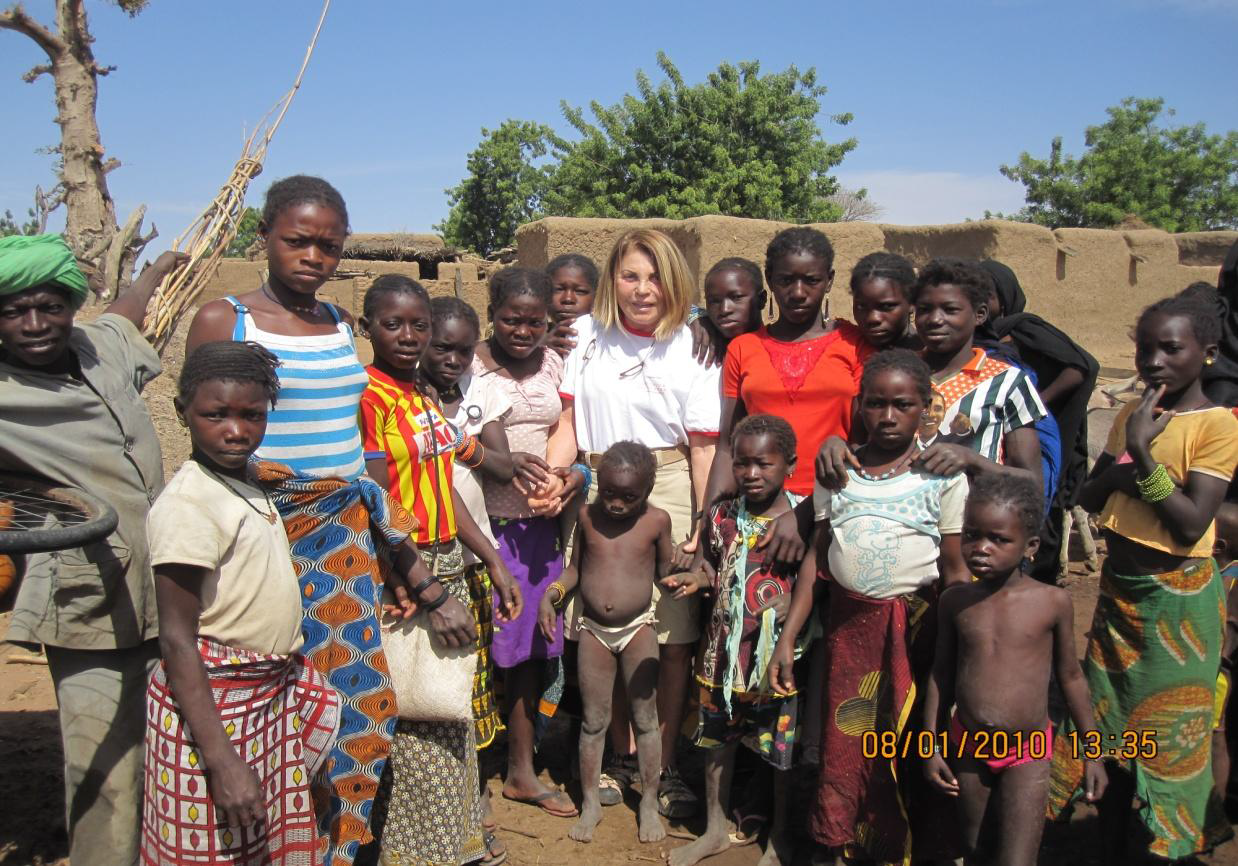 Una foto di Daniela Bertazzoni circondata dai ragazzi di uno dei villaggi del Mali, sostenuto dalla onlus IN-VITA, di cui Daniela è fondatrice.