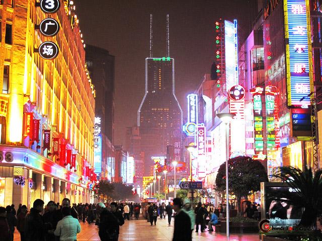 Clicca sulla foto per vedere le offerte Hotel a Shanghai, da 6€ pp! Foto di Shanghai Nanjing Dong Road di notte di Federico Bonotto
