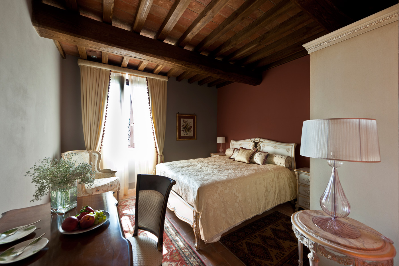 L'atmosfera principesca di una delle camere di Villa Armena
