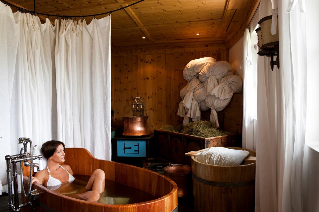 Un vero toccasana, il tradizionale e tipico bagno di fieno – Fonte: AAM/Stefano Scatà