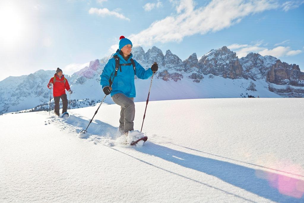 Ampie distese di neve immacolata, lontani dalla folla: ecco l'emozione di un'escursione con le racchette da neve – Fonte: AAM/Stefan Schütz