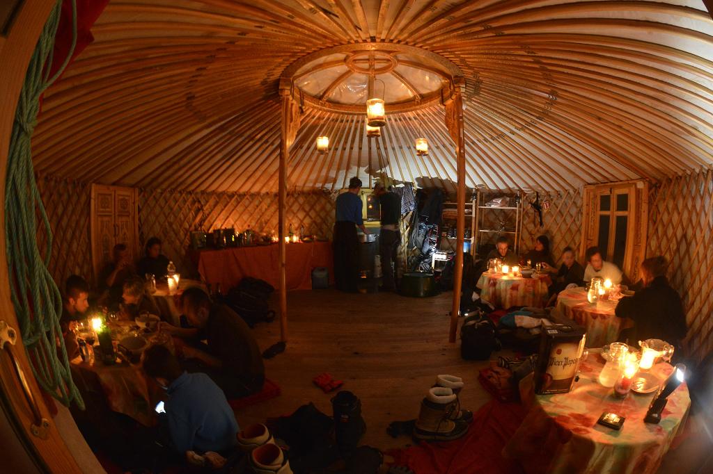 Cena all'interno di una yurta mongola nel Villaggio di Igloo - Fonte: @Office de Tourisme du Queyras