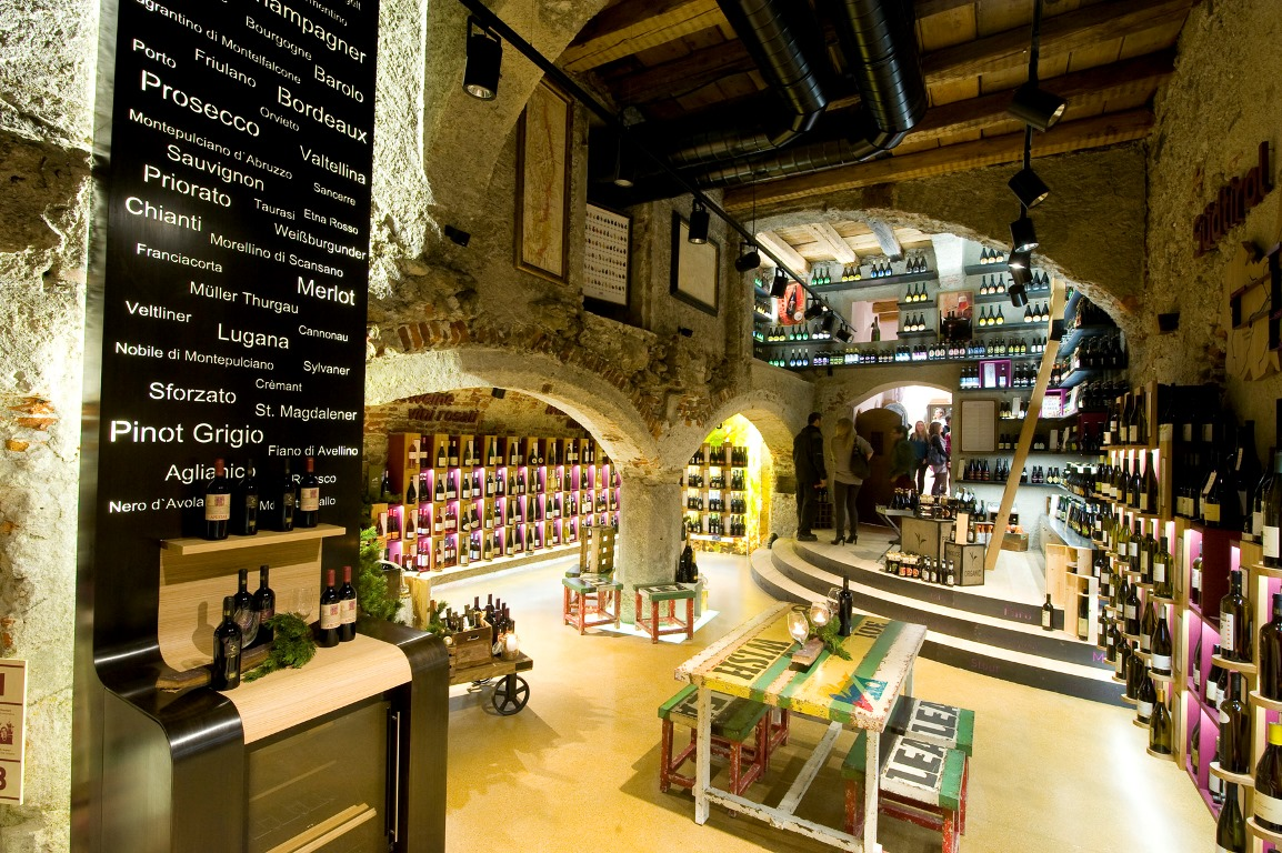 Lo shopping all'interno di antichi palazzi ristrutturati aggiunge più fascino e gusto ai prodotti tipici in vendita – Fonte: Consorzio turistico Plan de Corones/Othmar Harpf