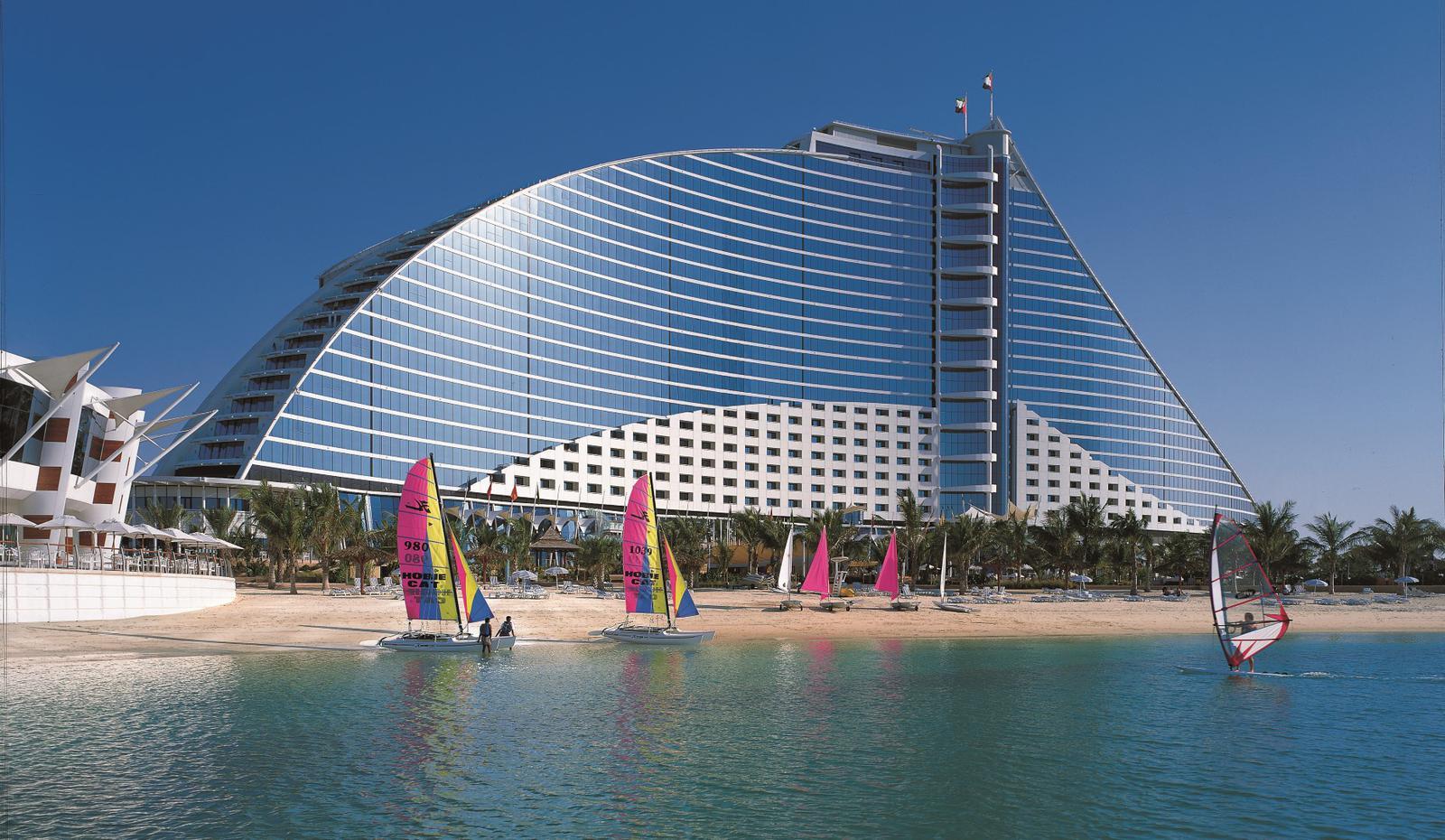 Hotel Jumeirah Beach en Dubái con vistas a la playa.