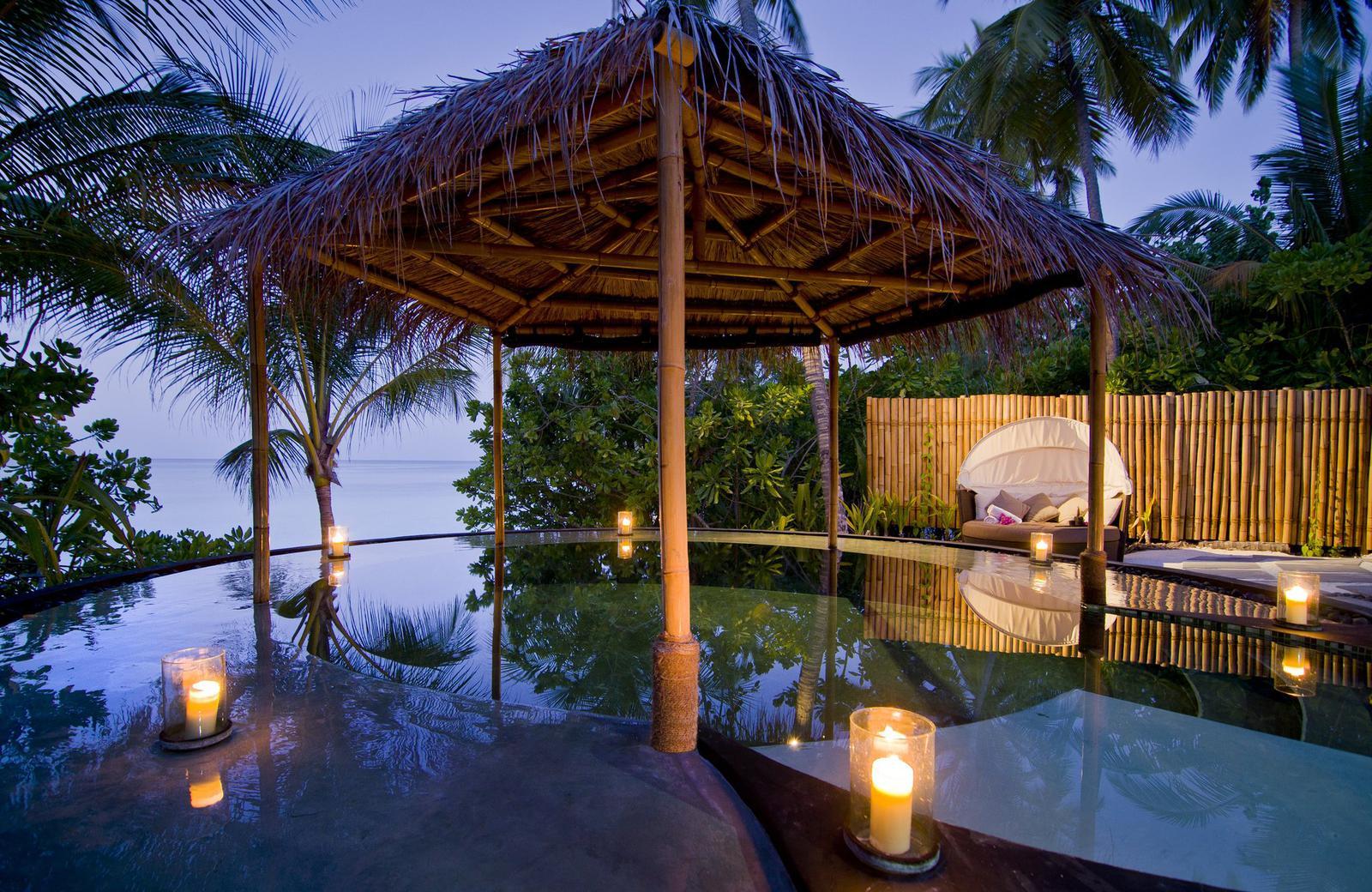 Magnífico Jacuzzi con vistas a la playa en el hotel Rheeti Rah en las Islas Maldivas
