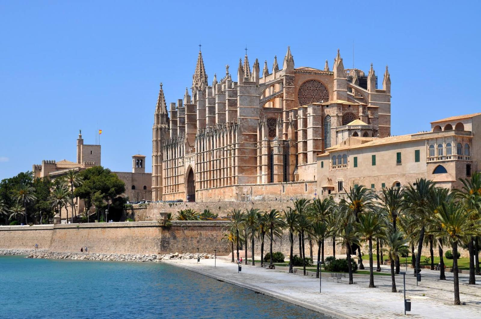 Spain_Balearic Islands_Palma de Mallorca_Cathedral of Palma and Parc de la Mar_Fotolia (1)