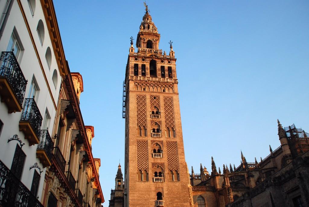 viajar en Semana Santa vistas de la giralda de Sevilla
