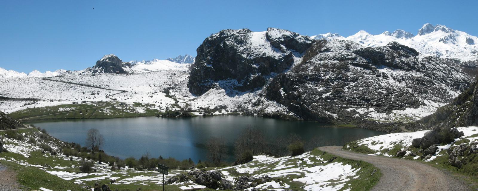 Lago Enol en el Parque Nacional de los Picos de Europa