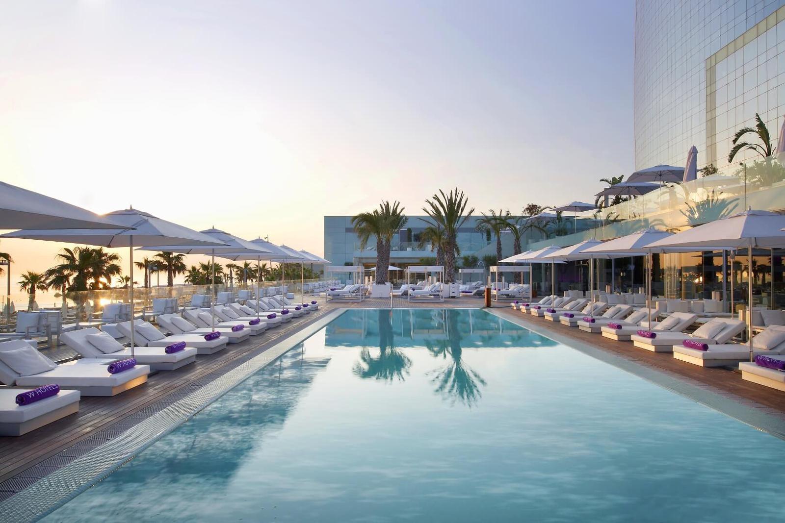 Piscina W Barcelona - Hotel de moda