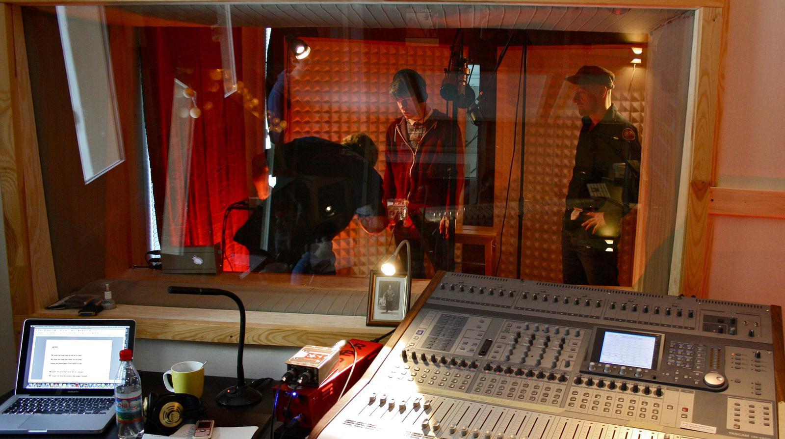 Los componentes del grupo en un estudio de grabación