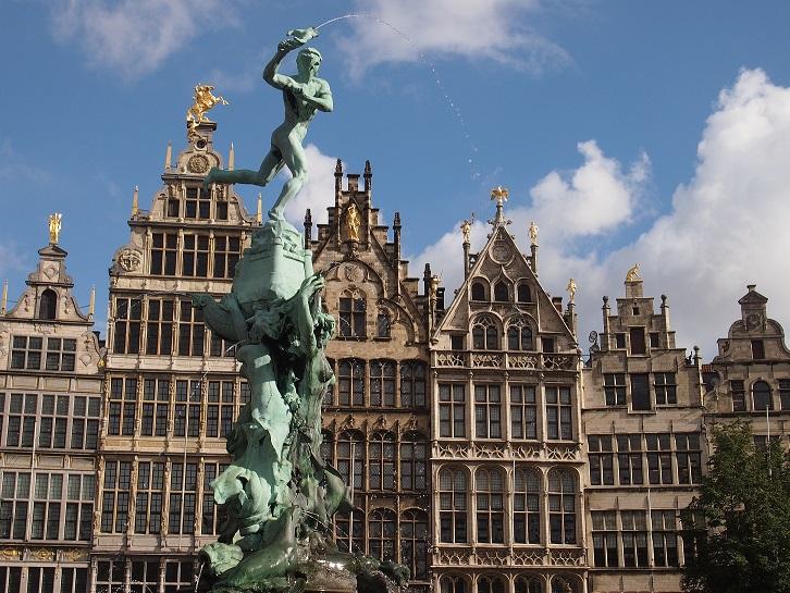 ir de rebajas Estatua de Silvio Brabo en la plaza Mayor.