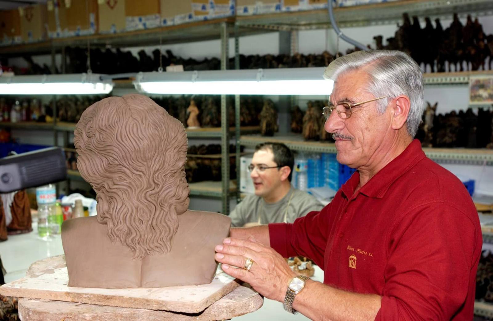 El maestro Jesús Griñán con uno de sus moldes.