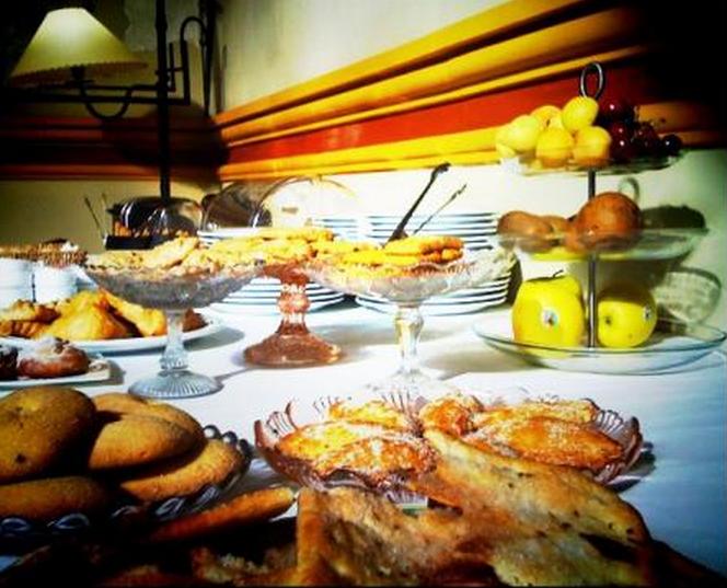 desayuno de hotel Mesa con bollería del desayuno del hotel El Convent.