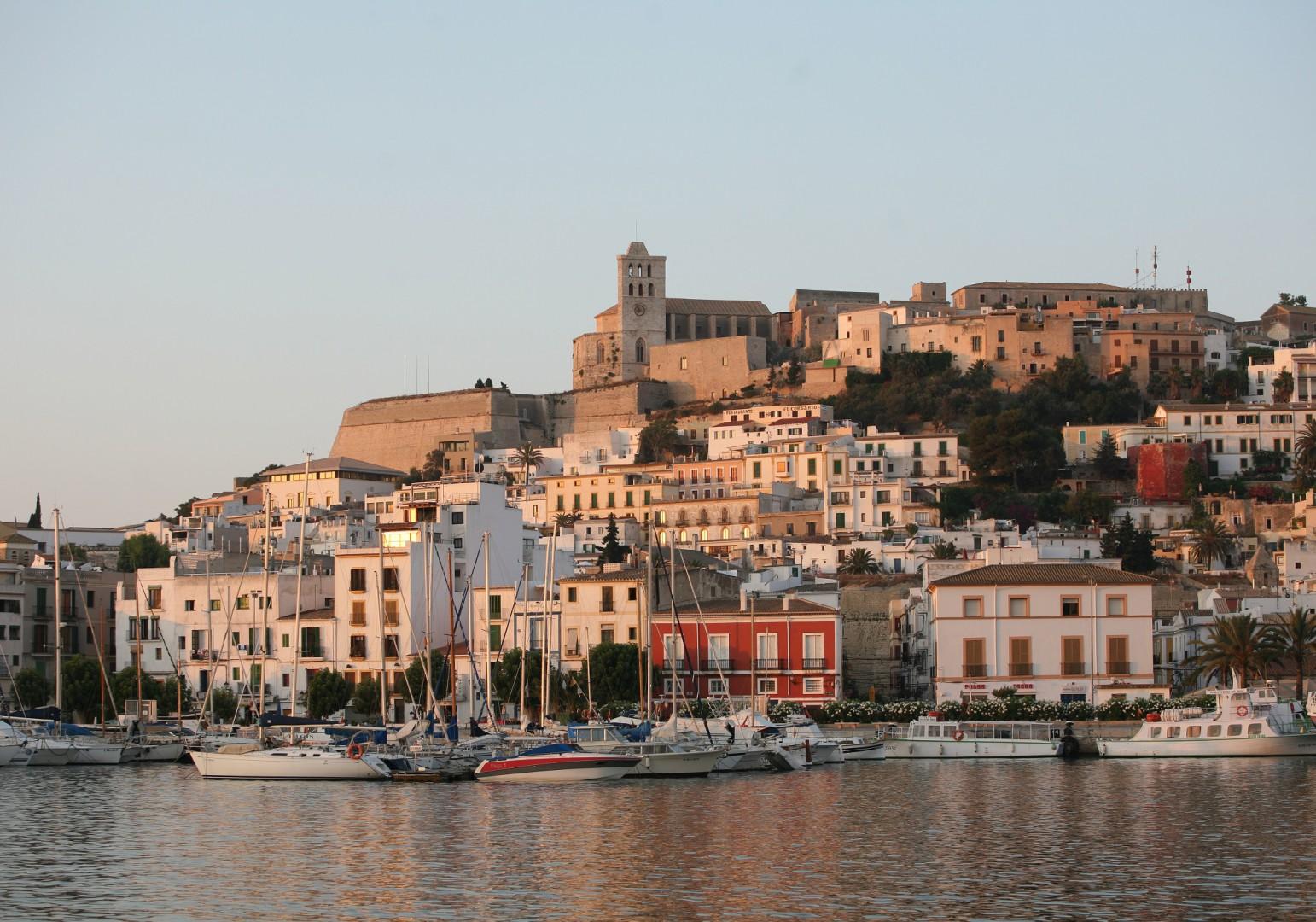 viaje con amigos Vista de Dalt Vila, el casco histórico de Ibiza.