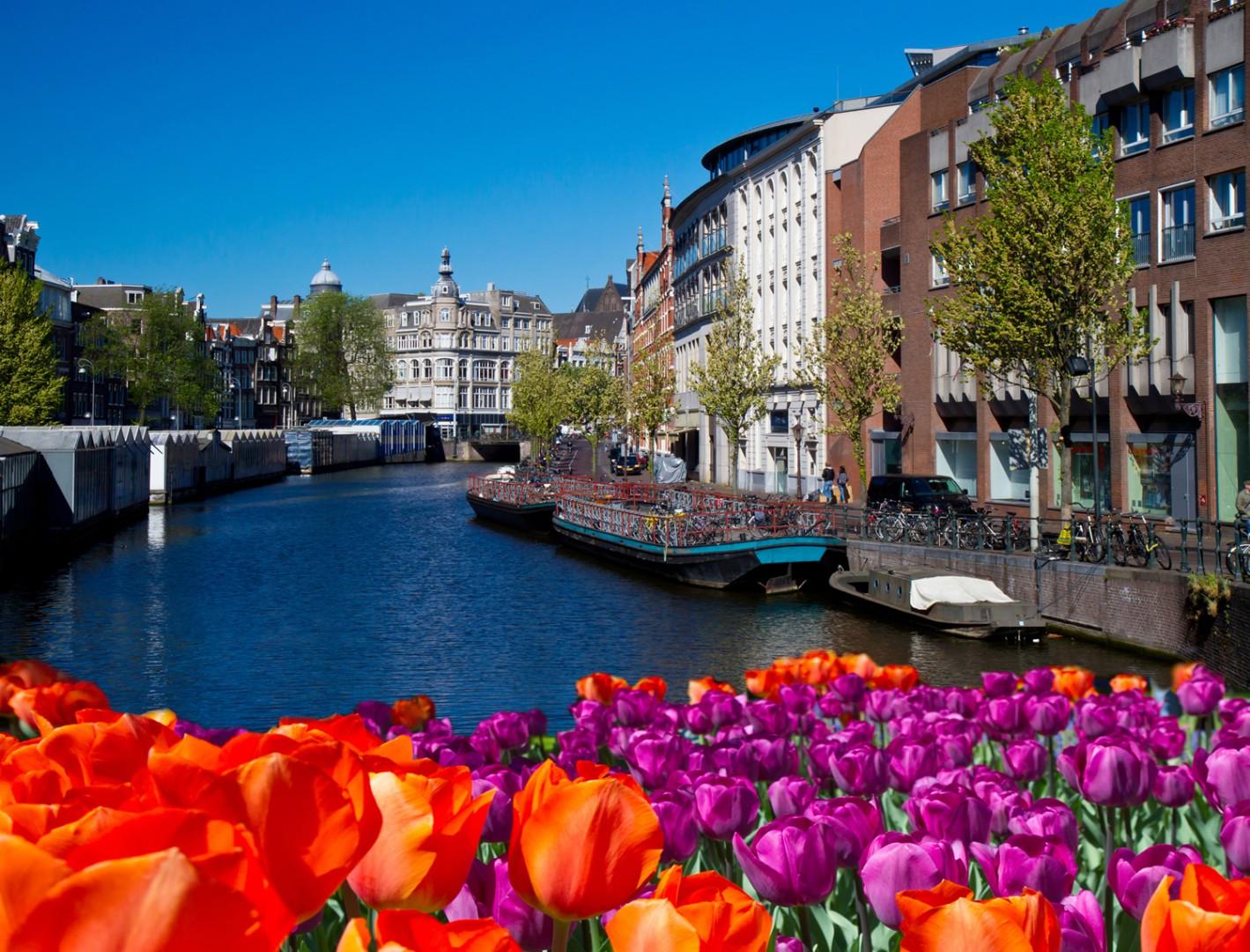 ir de rebajas Vista de un canal en el centro de Ámsterdam.
