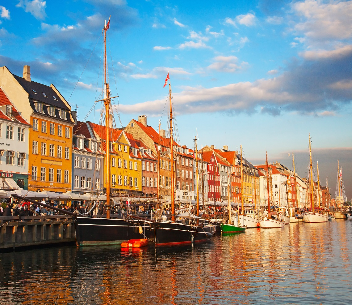 donde viajar en 2014 Copenhagen (Nyhavn district) in a sunny summer day