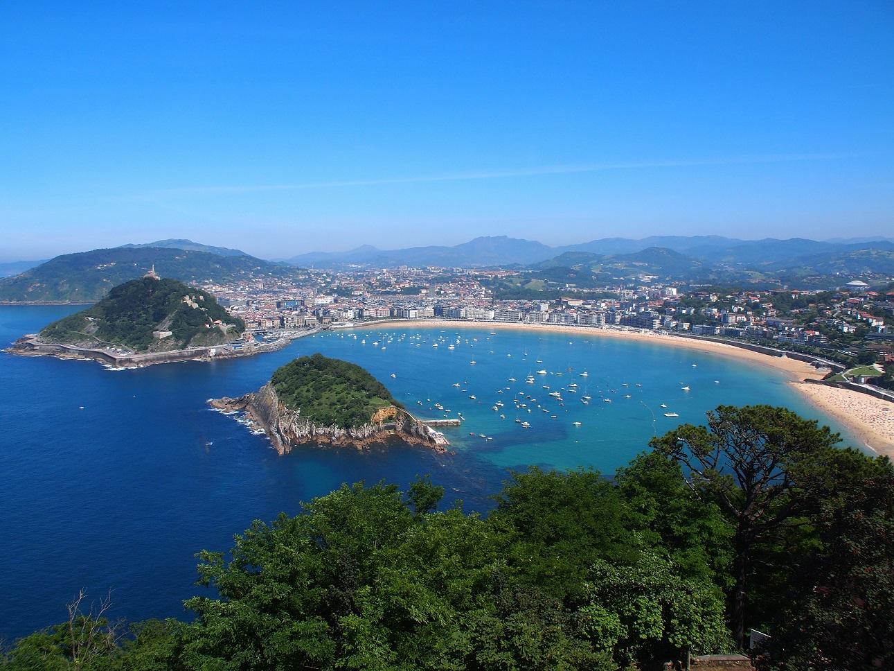 viaje con amigos Vista de la Playa de La Concha, San Sebastián.
