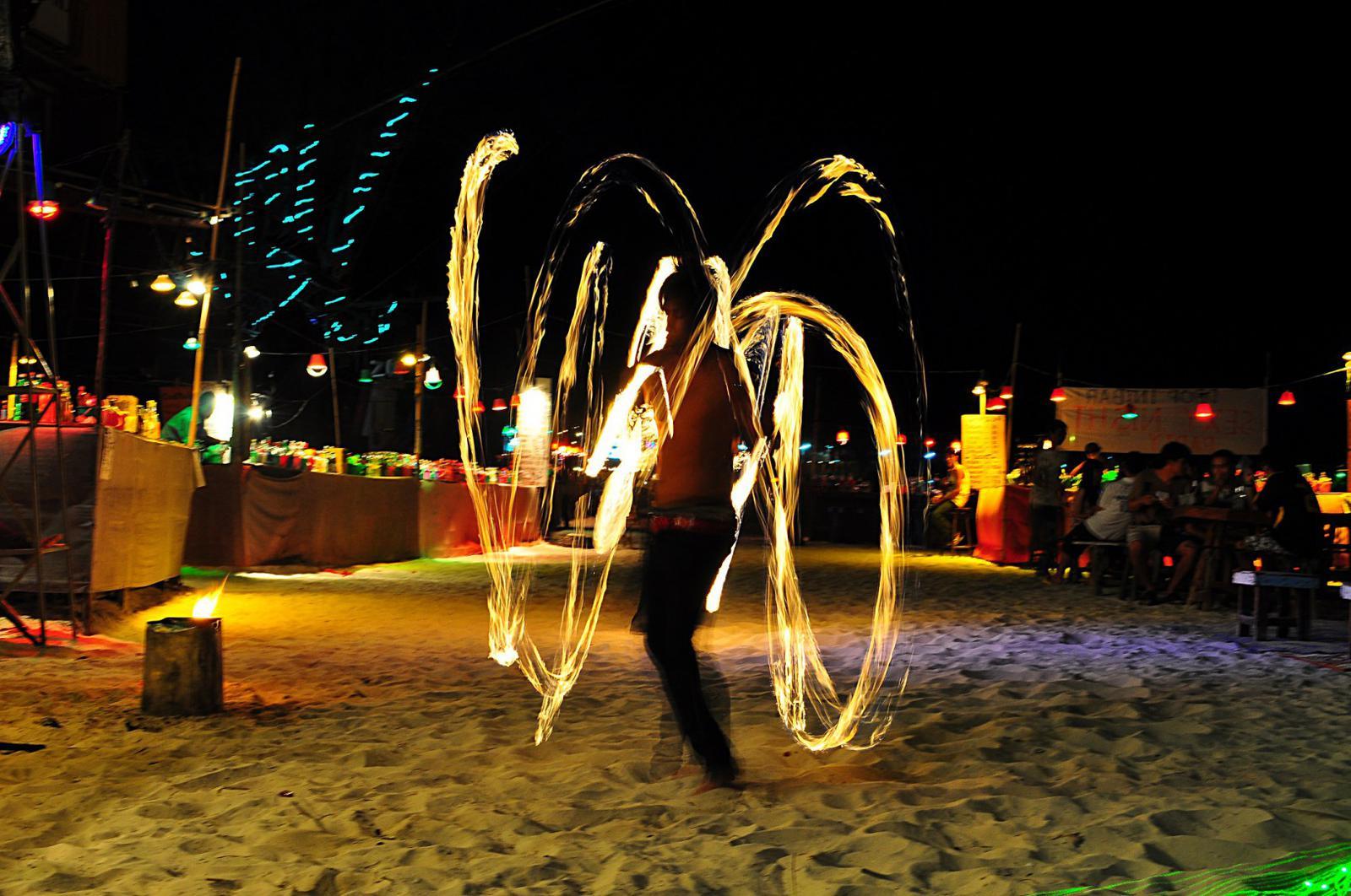 fiestas del mundo Espectáculo de fuego en la playa.