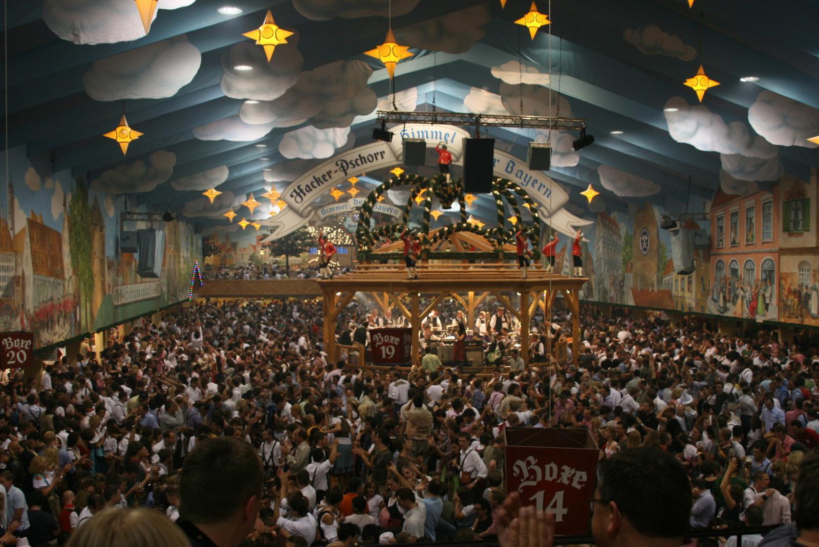 fiestas del mundo Interior de una de las carpas del Oktoberfest.