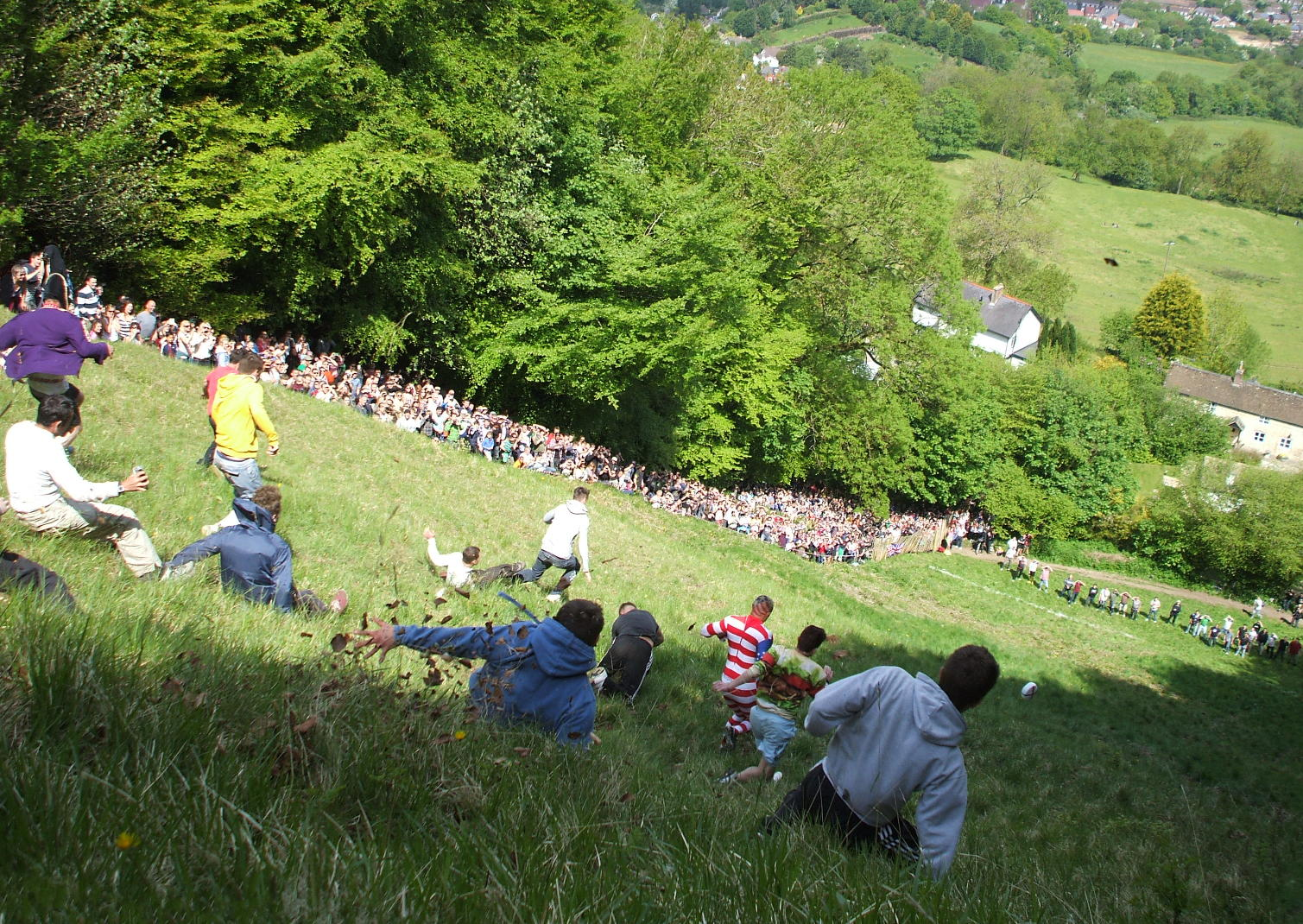 fiestas del mundo Participantes corriendo detrás del queso en el festival de Cooper's Hill.