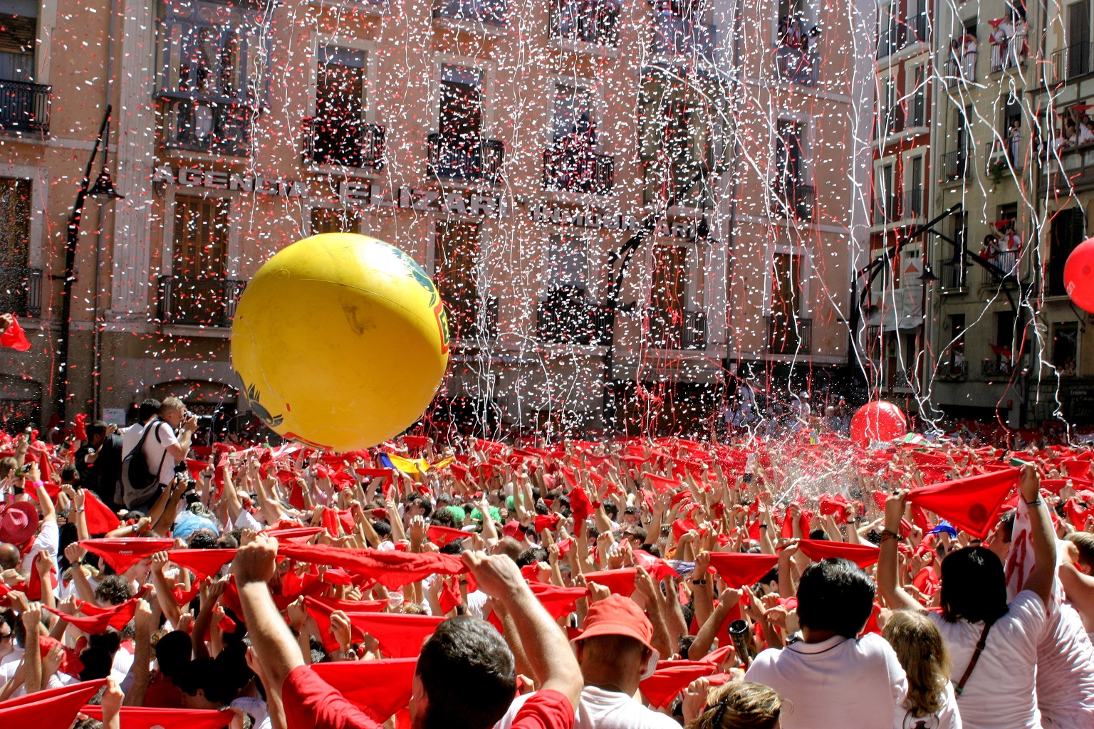 fiestas del mundo Participantes en la plaza del ayuntamiento de Pamplona en el inicio de las fiestas, el famoso chupinazo.
