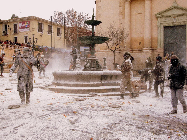 fiestas del mundo Batalla campal de harina en Ibi.