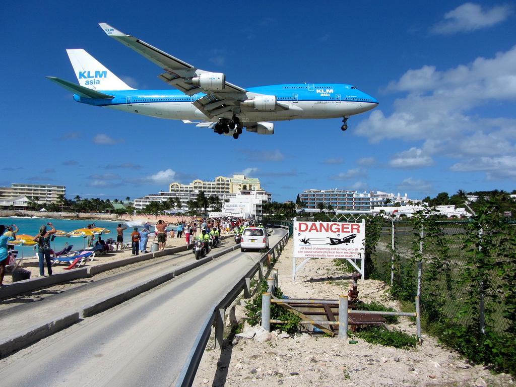 playas más impresionantes avion aterrizando caribe