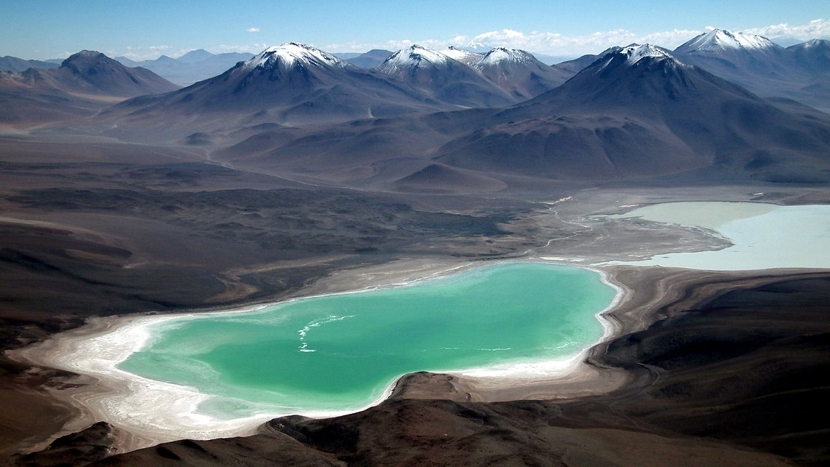 «Laguna Verde from Licancabur» por Albert Backer - Trabajo propio. Disponible bajo la licencia CC BY-SA 3.0 vía Wikimedia Commons.
