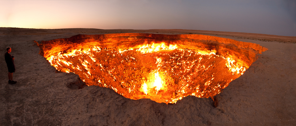 Darvaza-gas-crater-panorama-by-Tormod-Sandtorv