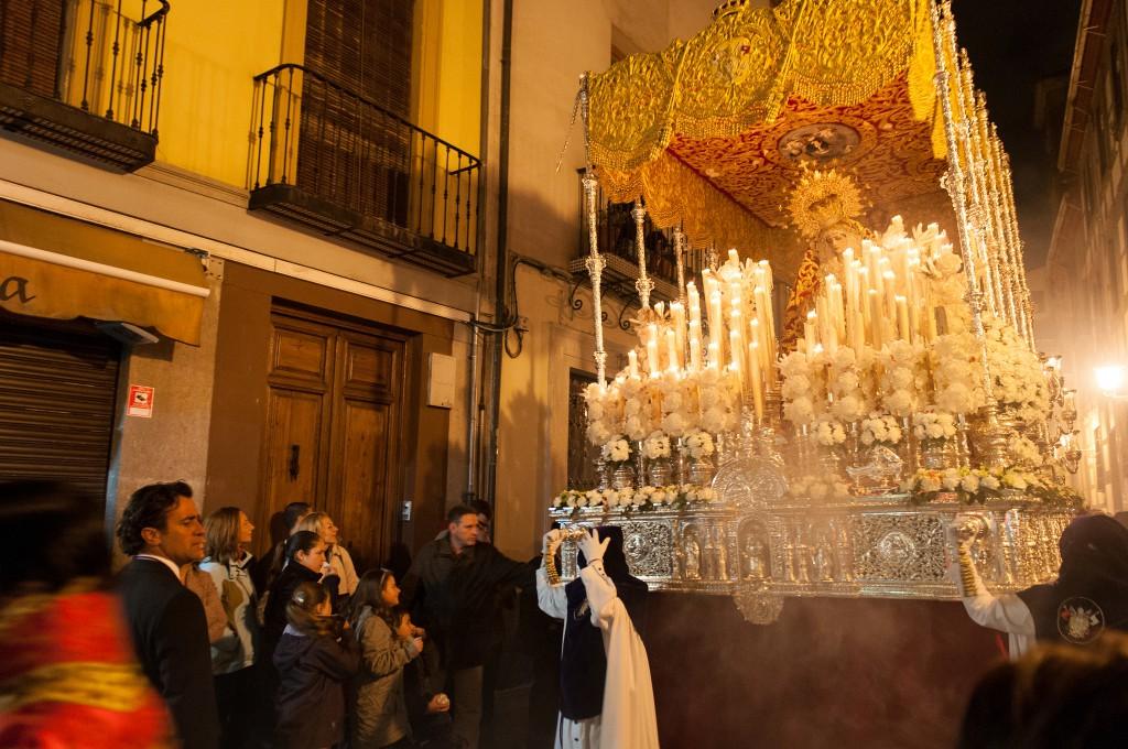 paso de una virgen en una procesión de Granada
