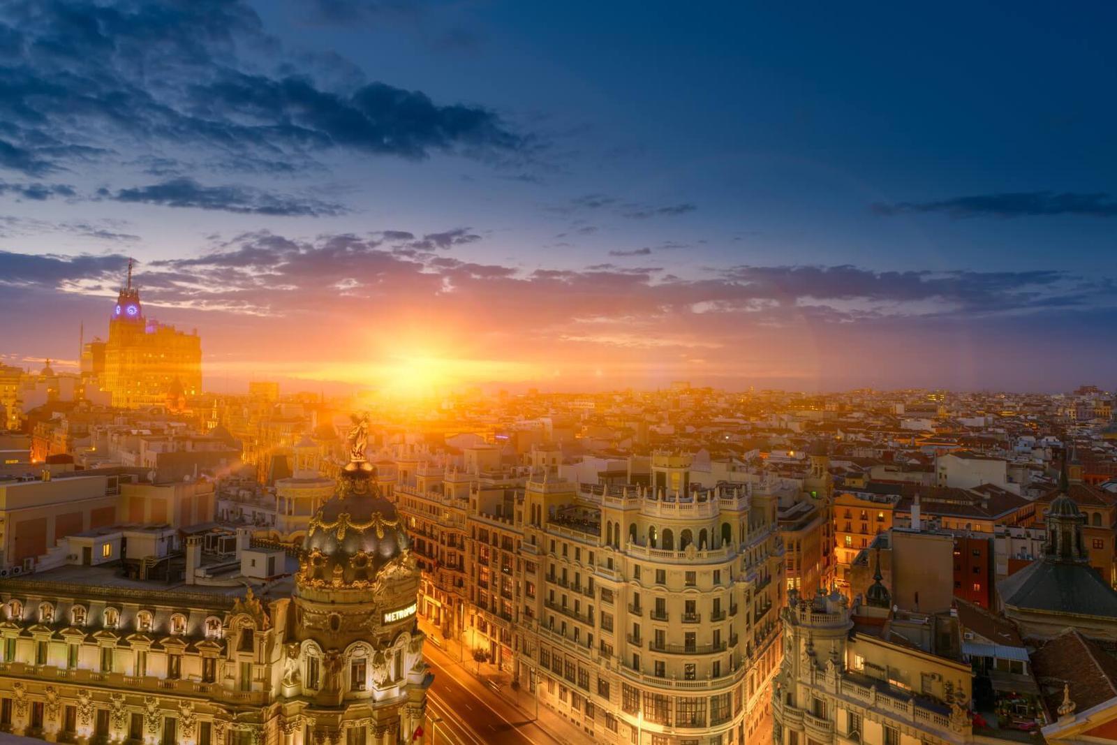 viajar en verano Gran Vía Madrid. Viajar a Madrid en Verano.