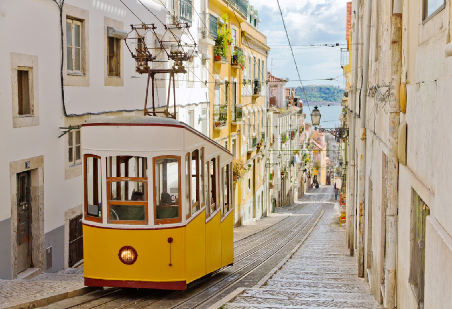 viajar en verano Lisbon's Gloria funicular classified as a national monument opened 1885 located on the west side of the Avenida da Liberdade connects downtown withBairro Alto.